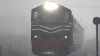 Pakistan Railways | Fastest & Power Full ZCU-30 Pulling 41Up Heavy Rain in Faisalabad 20.04.2018 ||